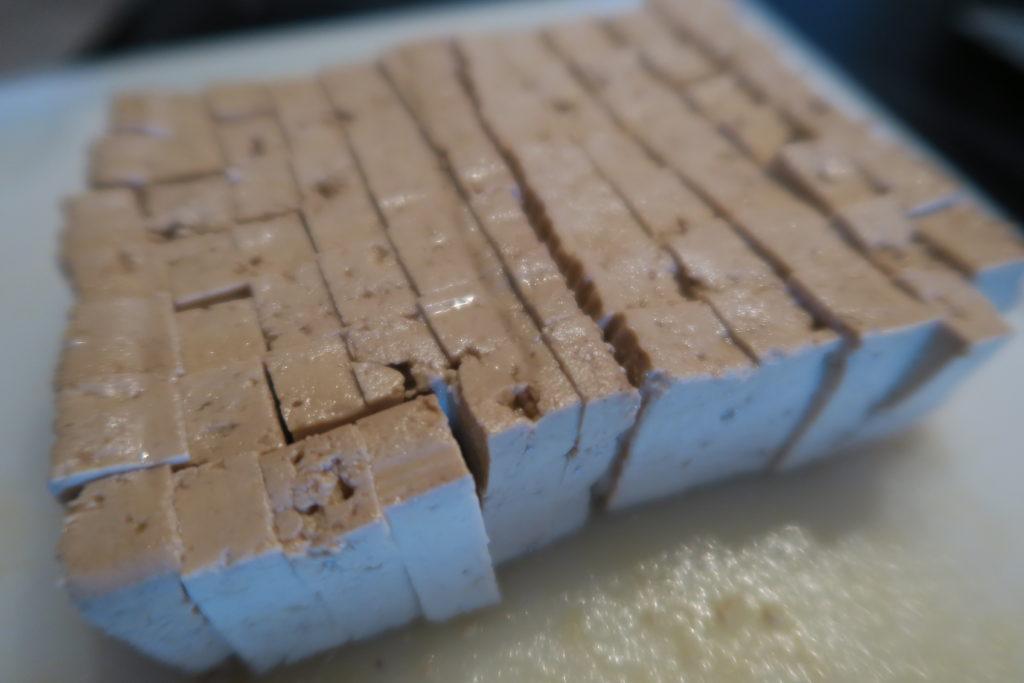 Quand il est devenu translucide, ajouter le tofu fumé détaillé en petites allumettes (façon « lardons »), laisser dorer quelques minutes puis couper le feu et laisser refroidir.
