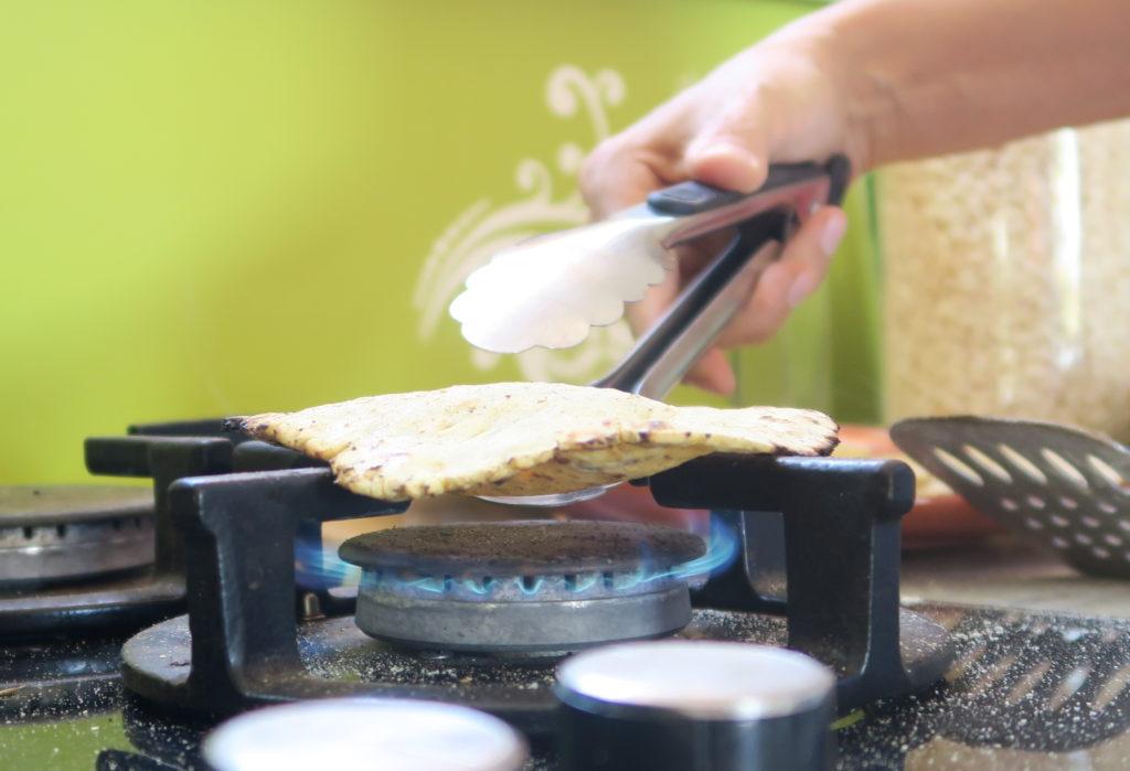 Sortir la galette de la poêle et la passer à l'aide d'une pince directement sur la flamme douce.
