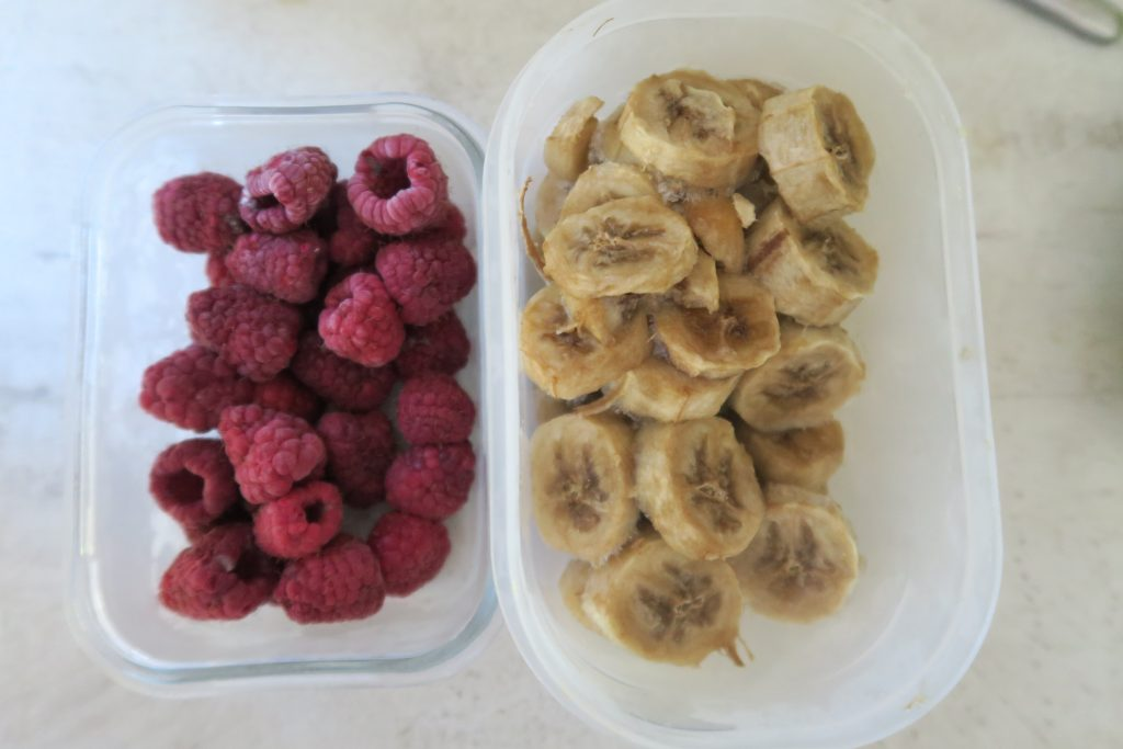 Il suffit de congeler des rondelles de bananes et d'autres fruits en morceaux. Pensez à congeler vos banane trop mûre ou vos reste de fruits (melon, pastèque), le surplus de la cueillette des mûres... Une recette anti-gaspi !