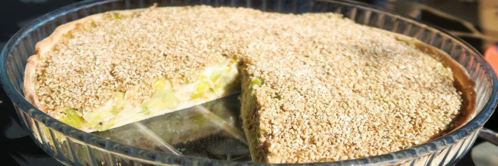 Mélanger les poireaux et la crème et en garnir le fond de pâte. Saupoudrer de graines de sésame et enfourner pour 25 minutes