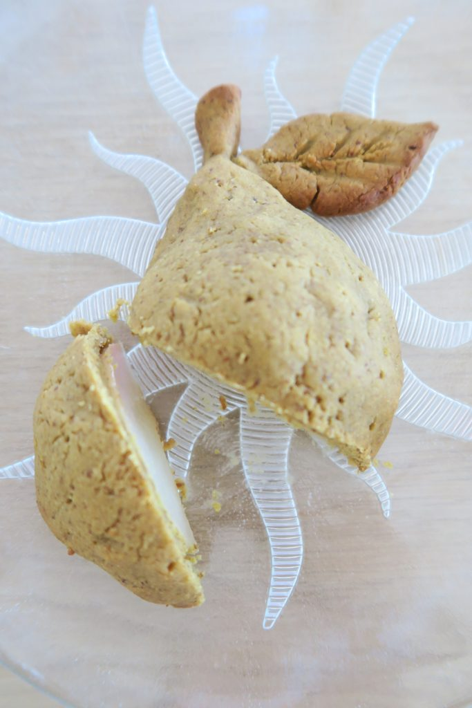 Piquer quelques trous dans la pâte que recouvre les poires et enfourner à 180°C pour 15-20 minutes en surveillant bien la couleur.