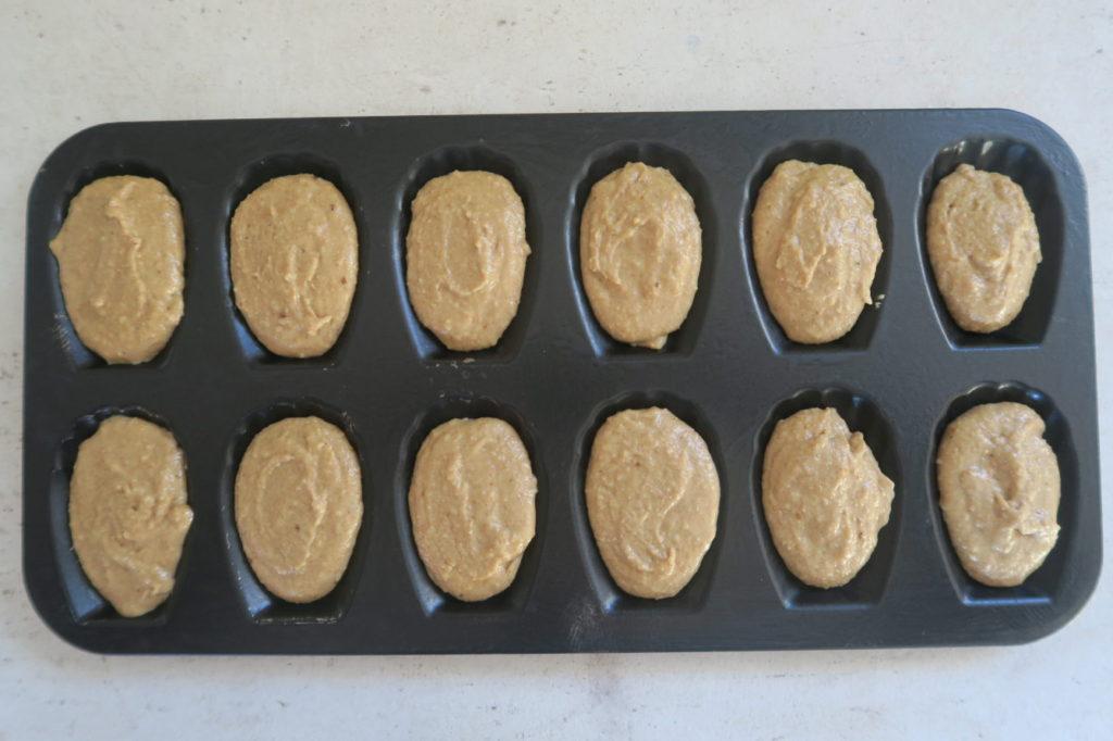 Remplir les empreintes à madeleines au 3/4 avec la pâte et placer le plat 4-5 minutes au congélateur - mais pas plus !) : C'est le choc thermique entre la pâte et le moule bien froids et le four chaud qui va permettre à la bosse de se former.