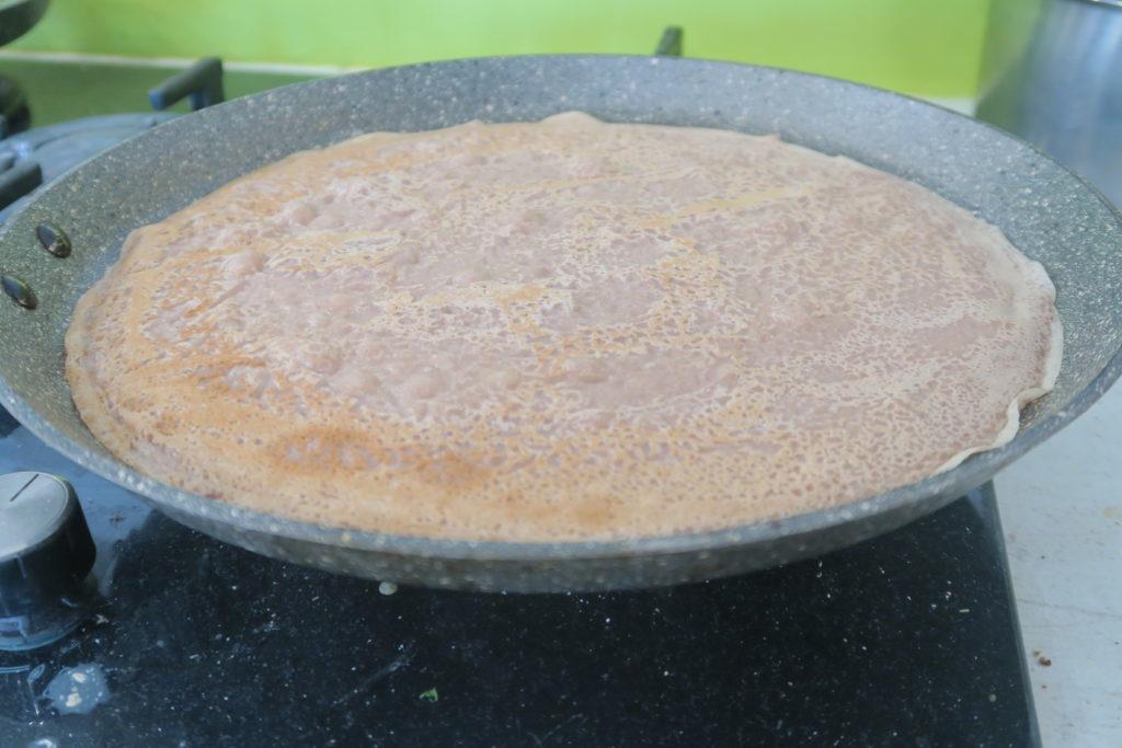 Laisser la pâte reposer 1 heure (si possible) et faire cuire comme des crêpes ordinaires dans une poêle bien huilée.